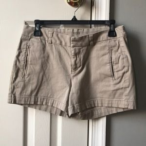 fitted twill shorts